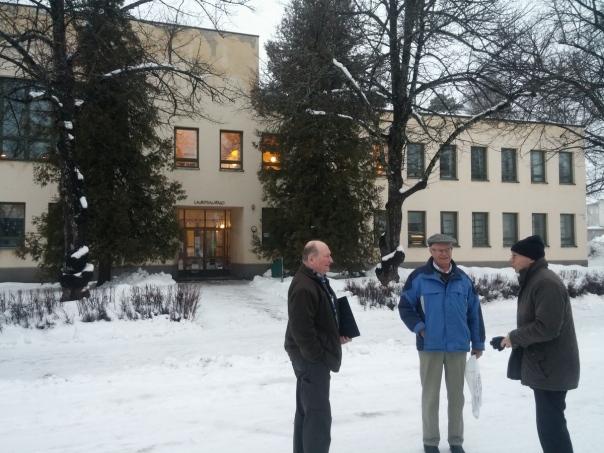Samuli Kurkaa (oikeaalla), Jussi Turkia ja Eeo Kaasalainen Lauritsala-talon edessä 7.3.16.jpg