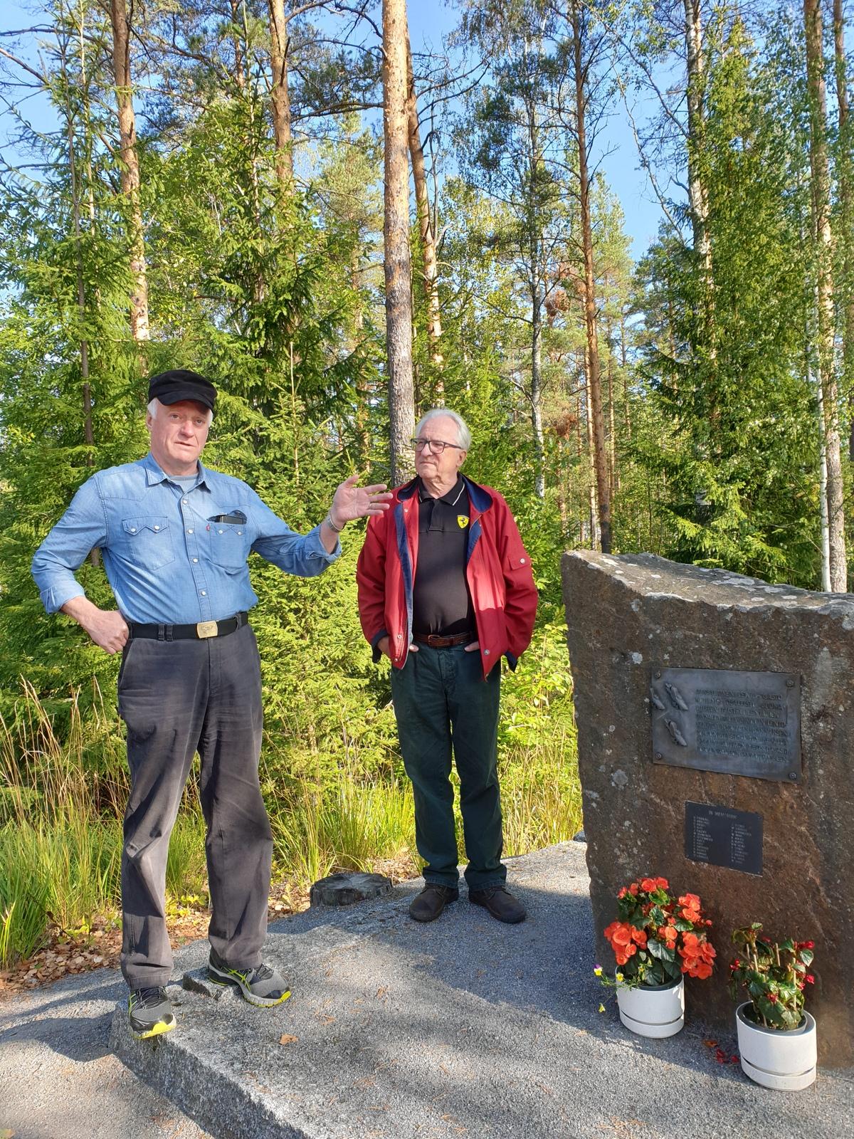 Antti Lankinen ja Osmo Savolainen Kuhlmayn muistomerkillä.jpg