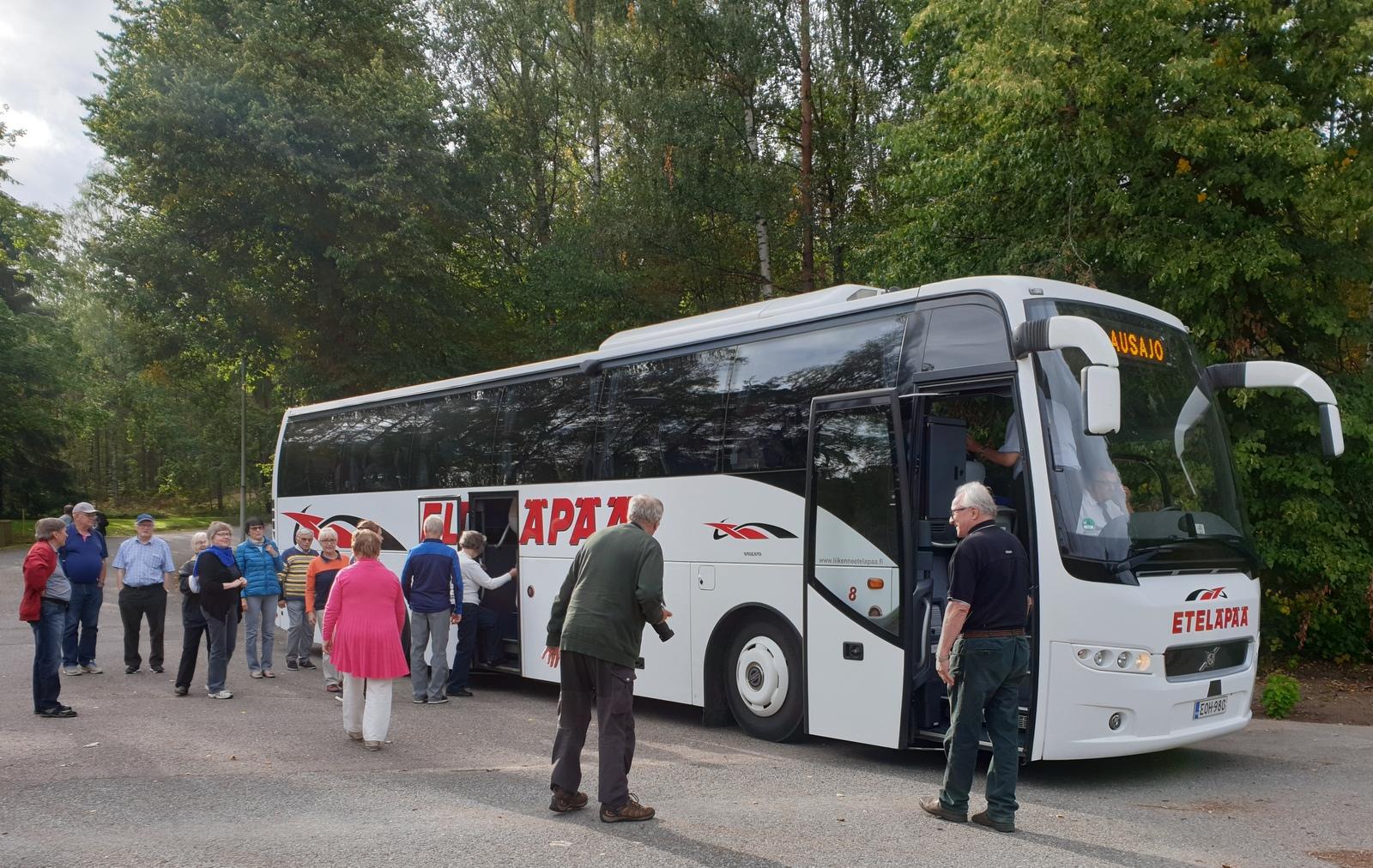 Eteläpään linja-auto Mannerheimin 75-v muistomerkin luona.jpg